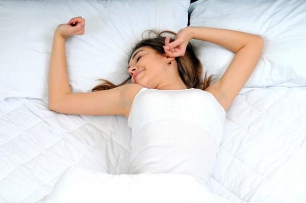 Mulher dormindo bem