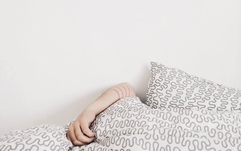 mulher com travesseiro
