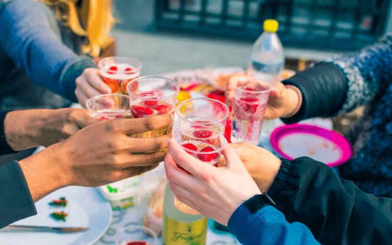 pessoas bebendo alcool
