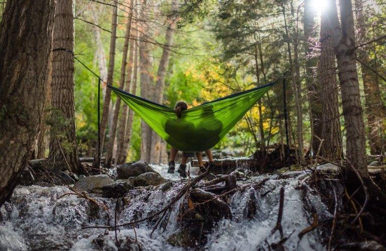 pessoas relaxando na natureza