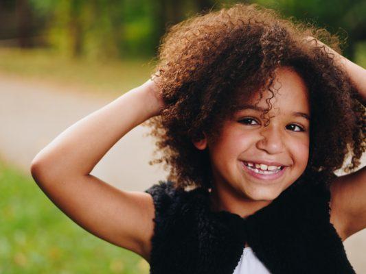 Criança com cabelo encaracolado