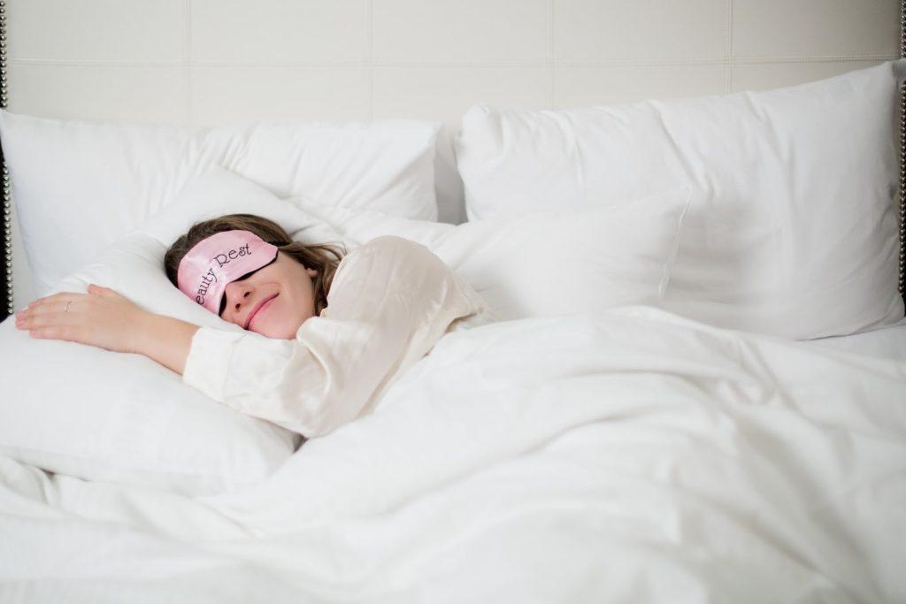 Mulher dormindo feliz
