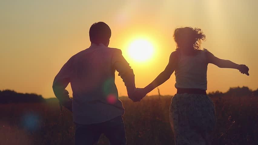 casal correndo no campo