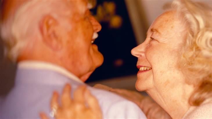 casal idoso alegre