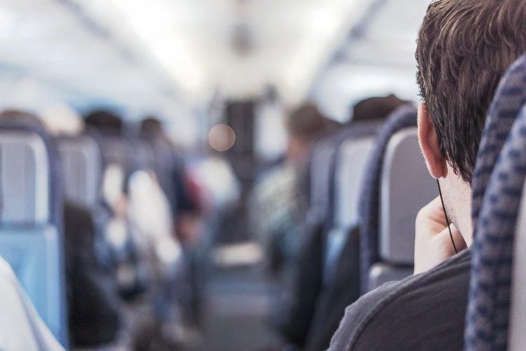 Dicas para dormir bem durante voos de avião